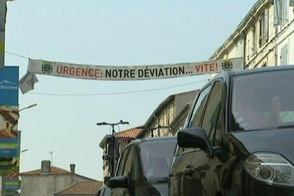 Dans les rues de Marans, les habitants réclament une déviation via des banderoles.