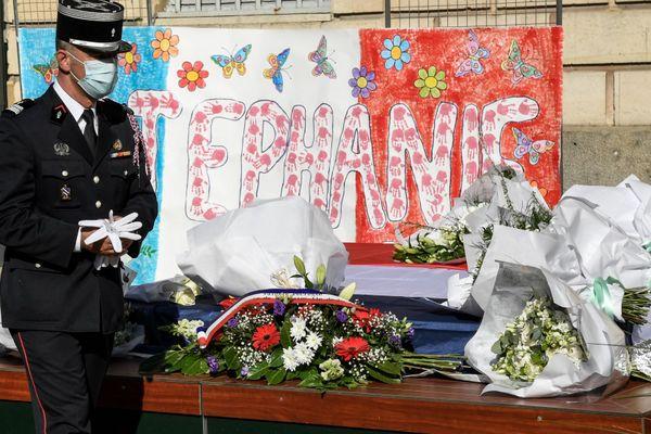 Des fleurs déposées lors de la céremonie d'hommage en l'honneur de Stéphanie Monfermé à Rambouillet