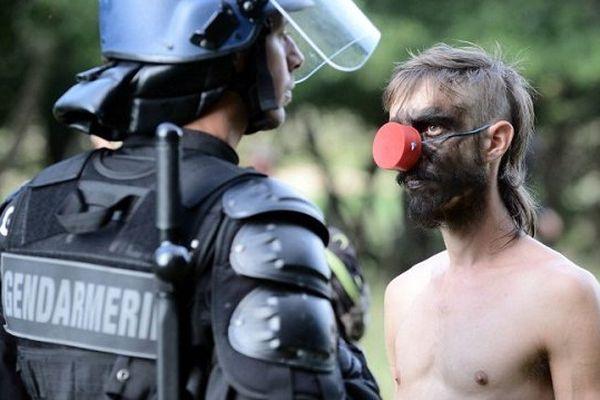 A Sivens, le face à face entre un gendarme et un zadiste en septembre 2014