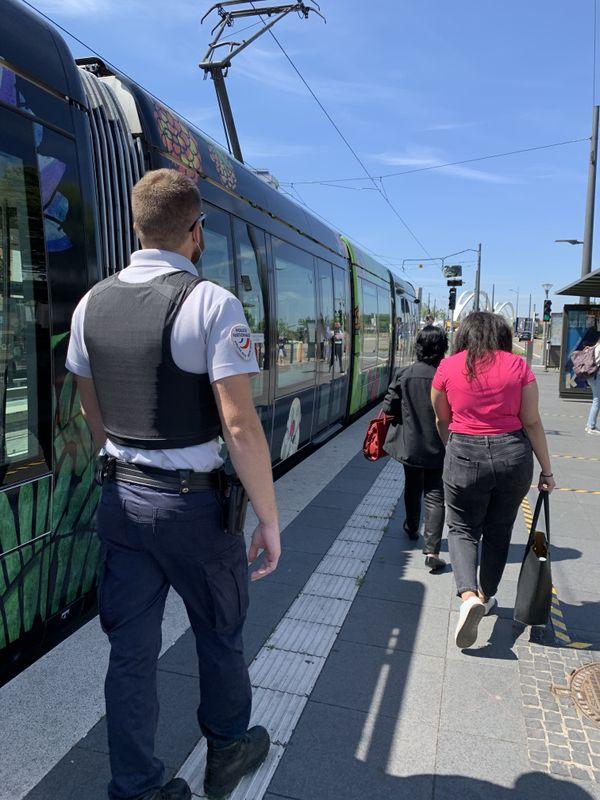 Pramela et Nadia sont accompagnées par des policiers français, retour en France par le tram.