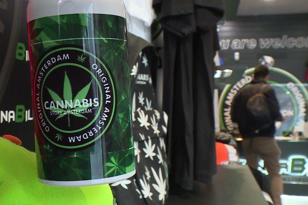 Les boutiques de CBD, dérivé du canabis, sont de plus en plus nombreuses à en proposer, comme ici à Pau, où les vendeurs renseignent une clientèle désireuse de se relaxer en toute légalité.