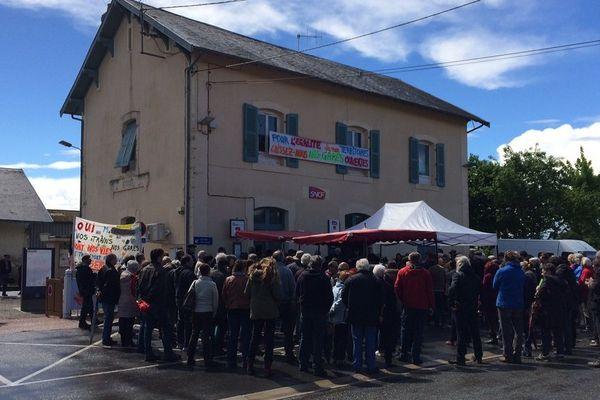 Une centaine de personnes s'est rassemblée à la gare d'Assier dans le Lot, pour défendre les petites gares du département.