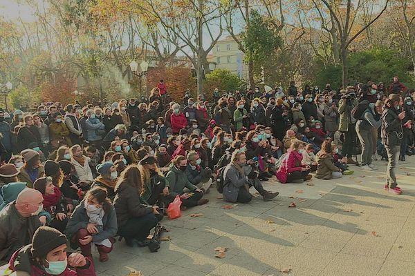 Un public nombreux est venu soutenir les artistes sur l'Esplanade de Montpellier.