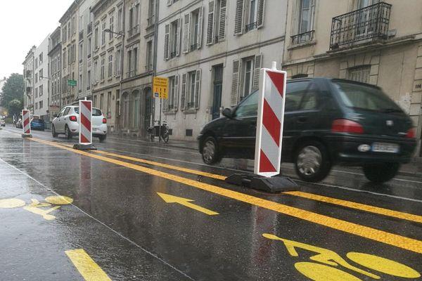 La piste temporaire à double sens rue Jeanne d'Arc est en place depuis à peine une semaine.