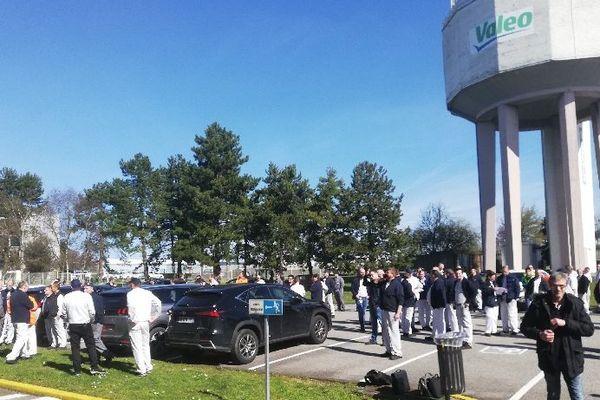 Après avoir cessé le travail ce mardi 17 mars à midi, les salariés de Valéo Amiens se sont rassemblés sur le parking pour interpeller la direction.