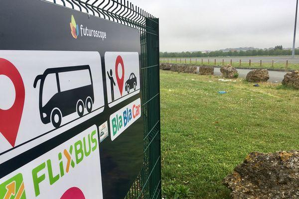 L'arrêt d'autocars à l'entrée du site du Futuroscope est signalé par ce simple panneau. Aucun autre aménagement pour l'accueil des passagers.