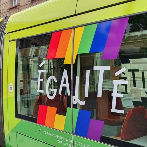 Ce tramway arc-en-ciel apporte un message d'égalité.