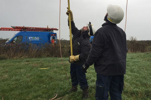 Une équipe d'ENEDIS répare des lignes électriques en Saône-et-Loire suite au passage d'un fort coup de vent vendredi 20 décembre 2019.