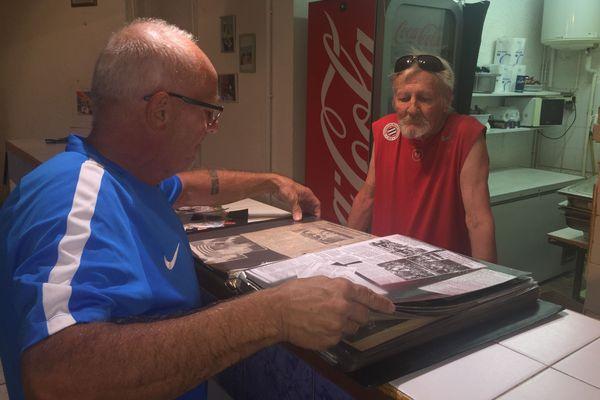 Bernard Soccoro accompagné de son acolyte de toujours partage son grand livre à souvenirs où sont précieusement conservées coupures de presse et photos d'archives.