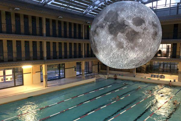 Une oeuvre de Luke Jerram présentée jusqu'au 4 août à la piscine Pailleron.