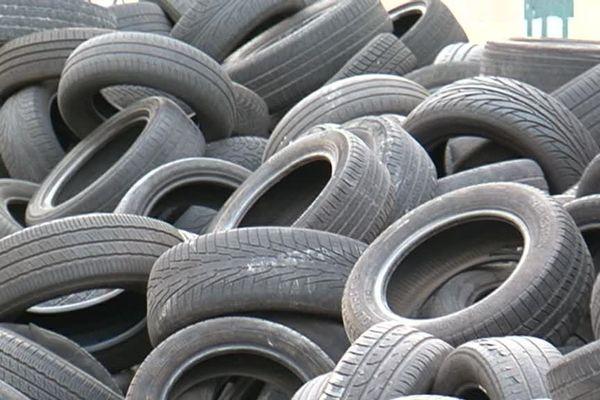 Des pneus entassés dans le 10e à Marseille. La métropole porte plainte contre des garagistes peu scrupuleux