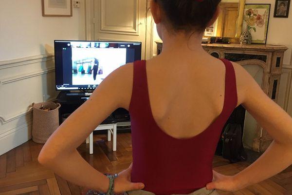 Esther, 11 ans, suit son 1er cours de danse classique à distance en même temps qu'une quarantaine d'autres élèves de l'école Temps Danse à Rouen.