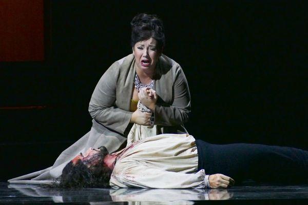 Tosca est incarnée parJennifer Rowley dans le spectacle mise en scène par Louis Désiré.