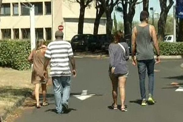 Narbonne (Aude) - des passagers blessés dans l'accident de car de Fitou quittent l'hôpital - 12 août 2013.