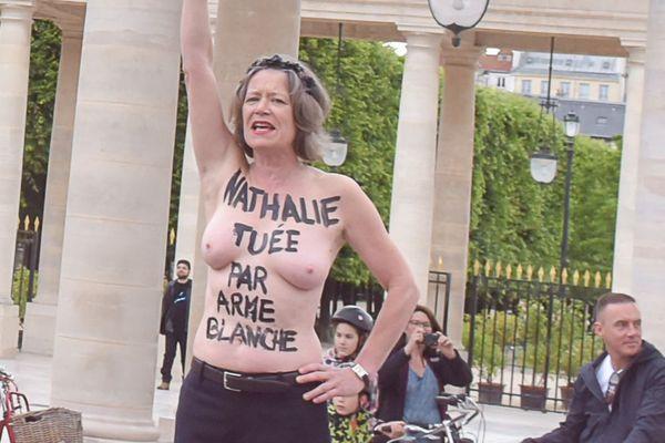 """Le prénom de Nathalie Debaillie inscrit sur la poitrine de cette militante FEMEN, lors d'une manifestation organisée jeudi matin dans la cour du Palais Royal à Paris pour dire """"stop aux féminicides""""."""