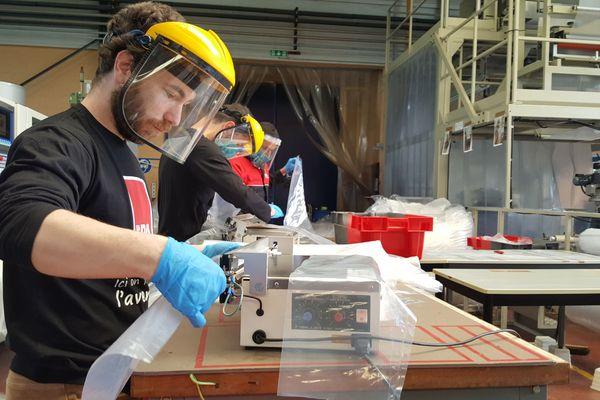 Les étudiants de l'Ispa d'Alençon ont pour mission de fournir 77 000 surblouses pour les soignants de la Normandie