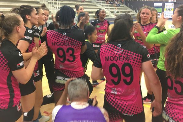 La joie des joueuses de handball du HBCAM 63 après leur victoire face à l'équipe de Bourg-de-péage (Drôme) et leur montée en D2.