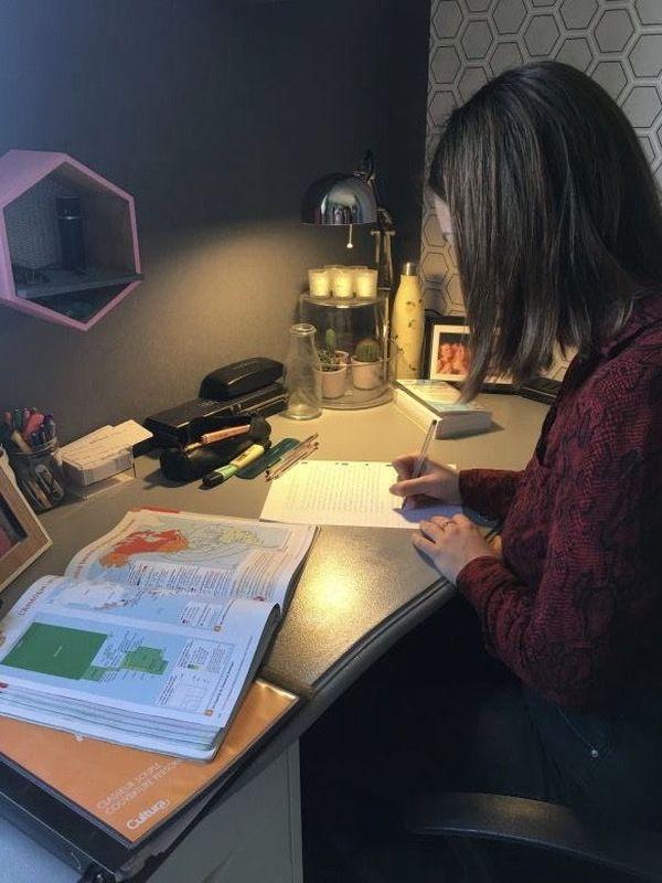 """Anne-Héloïse est assurée d'avoir son bac mais continue à travailler pour ses notes de fin d'année. Elle vit bien son confinement """"à la campagne"""" et en famille. / © Anne-Héloïse Bellanger"""