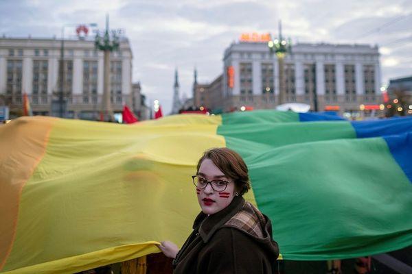 Nogent-sur-Oise (Oise) a décidé de suspendre ses activités de jumelage avec Krasnik, ville polonaise qui a adopté un arrêté discriminatoire à l'encontre des personnes LGBT (ici une manifestation le 11 novembre 2019 dans le centre de Varsovie, la capitale de la Pologne).