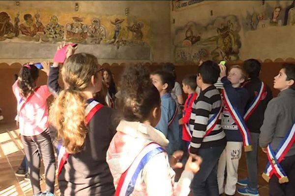 Dans la salle des peintures, les élèves découvrent qu'une des caractéristiques de cette ancienne tuilerie fût la présence d'artistes et d'intellectuels étrangers qui continuèrent à produire, malgré tout...