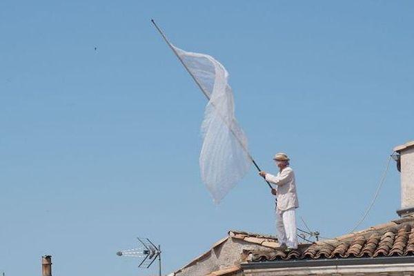 Un drapeau blanc sur le toit du théâtre Le Cratère à Alès - juillet 2020.