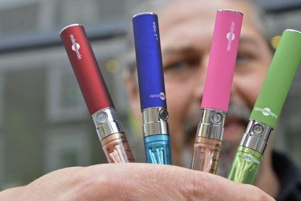 Des cigarettes électroniques en vente dans une boutique à Londres (Royaume-Uni) le 9 juin 2013.
