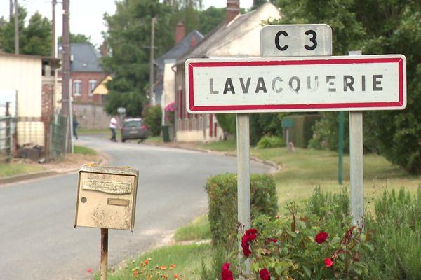 A Lavcquerie dans l'Oise, les élections municipales sont perturbées par des lettres anonymes envoyées par un corbeau.