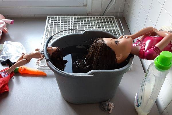 """Lavée, brossée, réparée : cette poupée retrouve une nouvelle jeunesse chez """"Ti Jouets""""."""