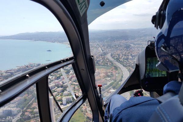 Sous l'hélicoptère, une caméra permet d'observer le trafic... et les infractions.