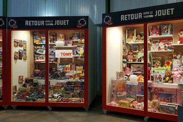 des vitrines remplies de jouets des années 80
