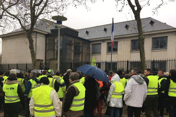 Environ 200 manifestants se sont rassemblés devant la sous-préfecture de Saint-Nazaire, fermée toute la journée, mais dont les abords étaient gardés par la Police Nationale
