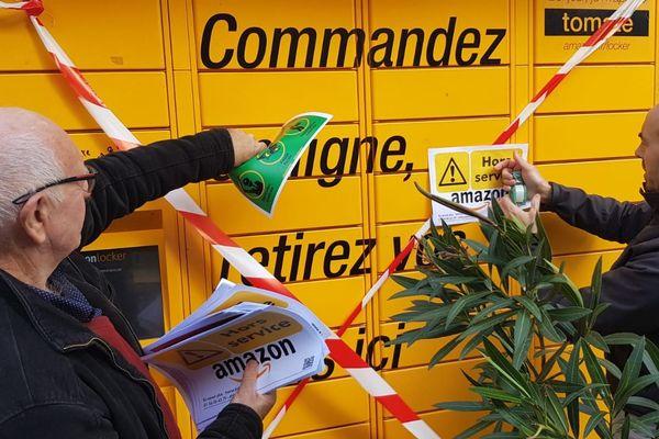 Montpellier : Attac boycotte le Black Friday et sa surconsommation en bloquant les bornes de livraison d'Amazon