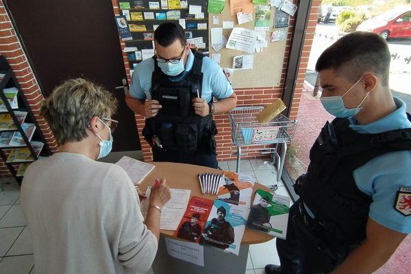 Deux gendarmes ont aidé les électeurs à remplir leur procuration pour le 2nd tour des élections municipales, ce mercredi dans un supermarché de Frouzins.