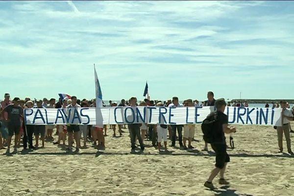 """Les manifestants ont déployés une immense banderole sur la plage du centre ville où l'on pouvait lire """" Palavas contre le burkini"""""""