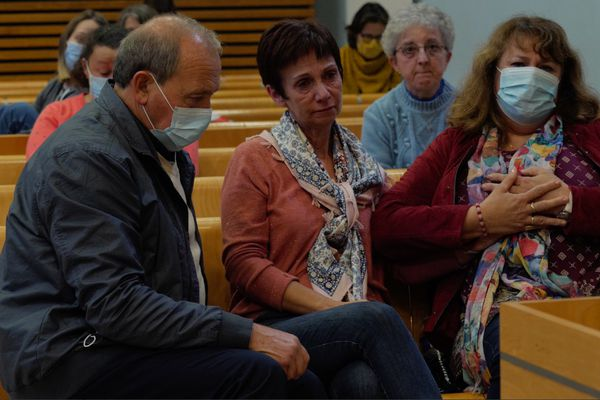 La famille d'Amandine Estrabaud, avec la maman au centre, au tribunal, pendant le procès devant la Cour d'Assises du Tarn.