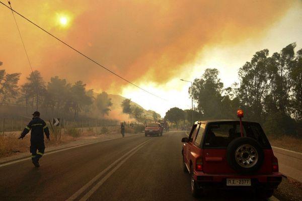 Des pompiers en Grèce, près de Patras, le 31 juillet dernier