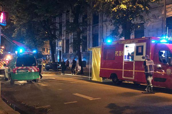 Un violent incendie a ravagé un appartement du boulevard Gambetta à Grenoble lundi soir.