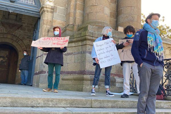 Une quinzaine d'artistes sur les marches de l'église Sainte-Melaine pour réclamer le droit au spectacle laïque