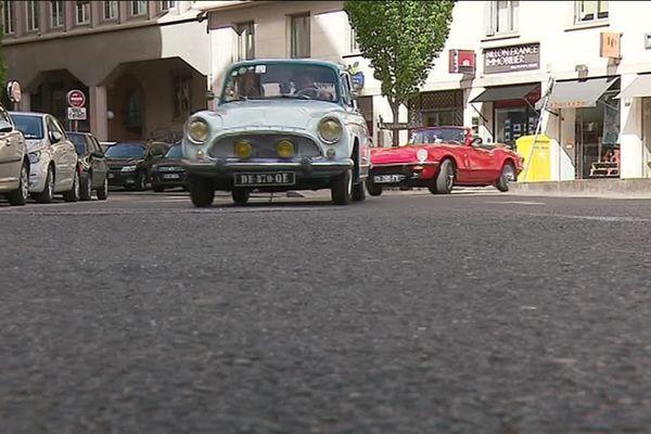 Belle Aronde Simca suivie d'une Porsche, petite remontée