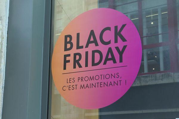 Une affiche annonçant le Black Friday sur la devanture d'un commerce bordelais. Photo d'illustration.