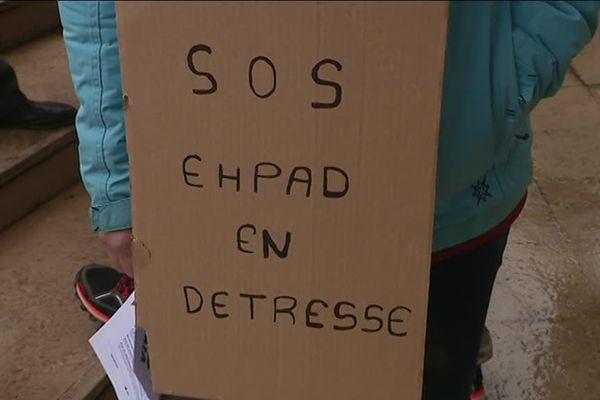 Panneau de manifestants lors de la manifestation du personnel des EHPAD à Orléans mardi 30 janvier 2018.