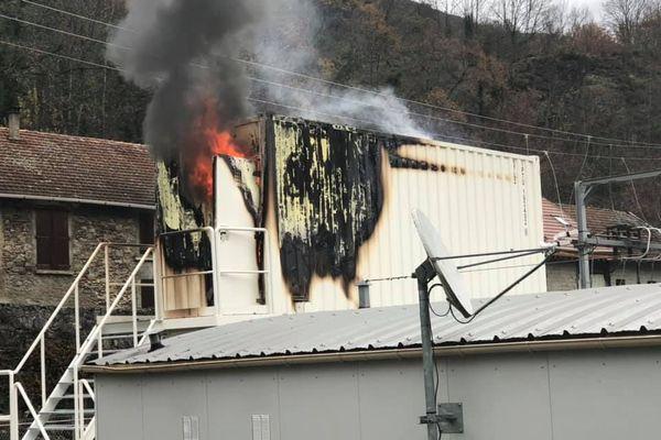 Le container a pris feu dans la commune des Perles-et-Castelet près d'Ax-les-Thermes.