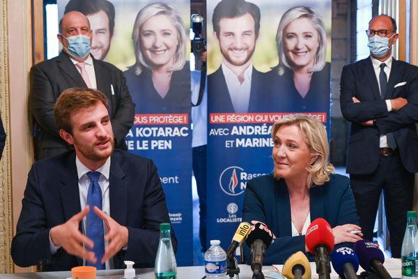 Le candidat du RN dans la région Auvergne-Rhône-Alpes Andrea Kotarac et la présidente du parti d'extrême-droite du Rassemblement national (RN) Marine Le Pen et  le 3 juin 2021 à Saint-Chamond.