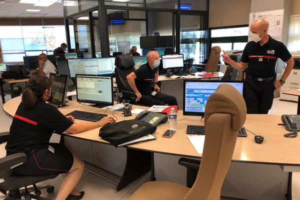 Le centre opérationnel départemental d'incendies et de secours à Marseille avec Marc Dumas, chef de pôle anticipation au SDIS 13.