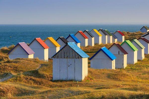 Dans la Manche, à Gouville-sur-Mer, les cabanes resteront soumises au vent et aux averses en ce mercredi perturbé.