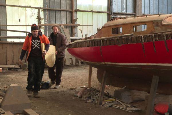 Benoît et Cyrille font revivre un chantier naval centenaire, le long du Goyen, à Plouhinec (29).
