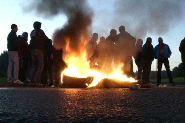 Les ex-Goodyear bloquent la zone industrielle nord d'Amiens