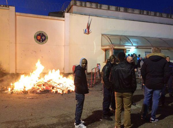 Une soixantaine de gardiens bloque l'accès à la prison de La Talaudiere dans la Loire (42) depuis 6h ce matin.