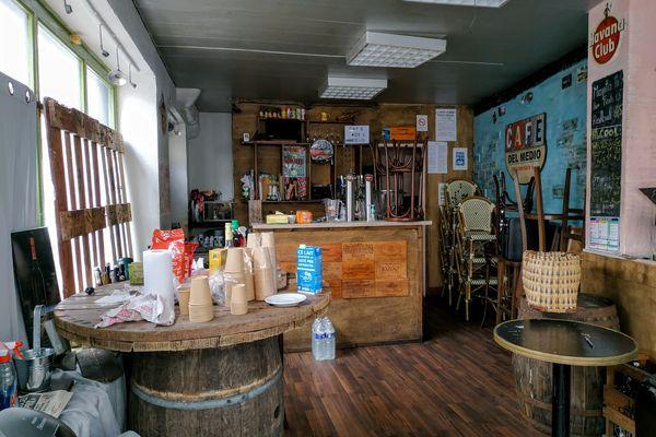 L'intérieur du café de Tony Moreno, comme figé dans le temps.