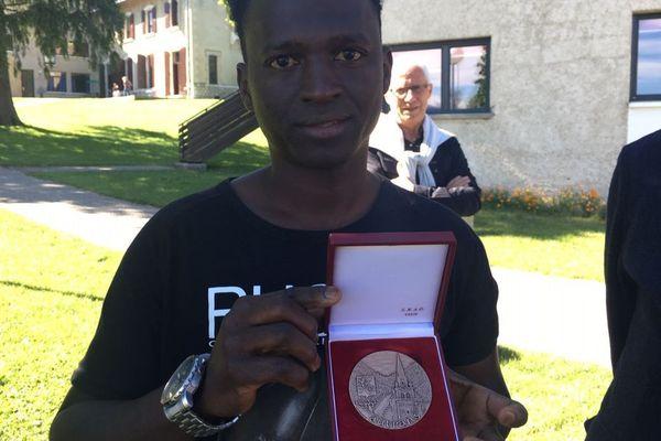 Mamoud Diallo a reçu la médaille d'honneur de la ville d'Autrans.